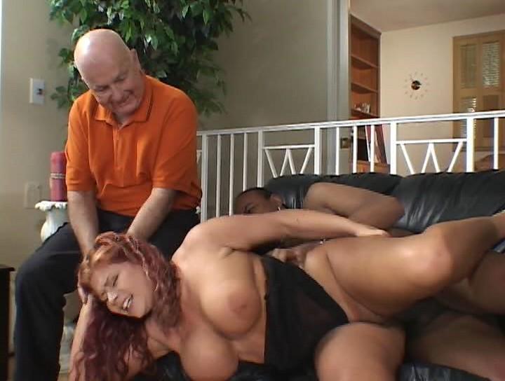 муж жестко трахает свою жену уже